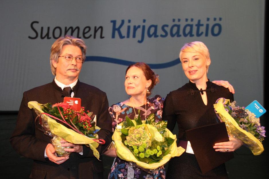 Finlandia-palkittu Laura Lindstedt (oik.), Finlandia Junior –palkittu Nadja Sumanen ja Tieto-Finlandian voittaja Tapio Tamminen.