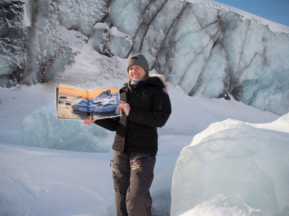 Tässä se on. Luxury Actionin Liisa Kokkarinen,kirja ja arktinen jäätikkö.