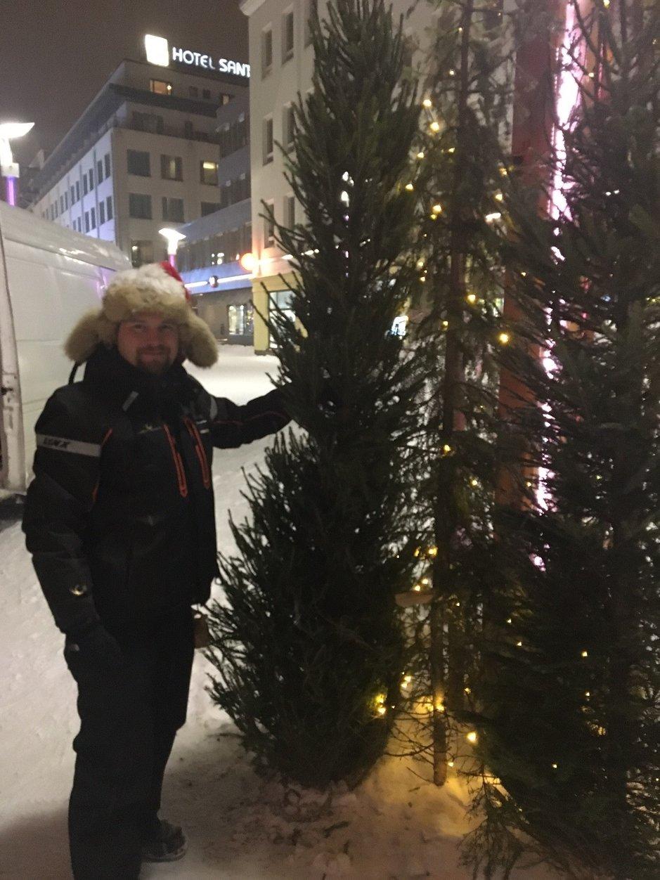 Tältä näyttää Rovaniemen joulukatu aamulla, kun Janne on saanut valmiiksi reilusti yli 50 kuusen asentamisen risukuusien tilalle!
