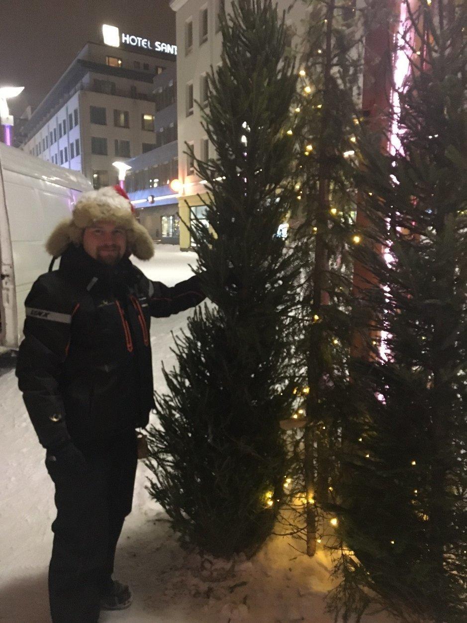 Tältä näytti Rovaniemen joulukatu viime joulukuussa, kun Janne Honkanen oli saanut lahjoituskuusensa pystytettyä.