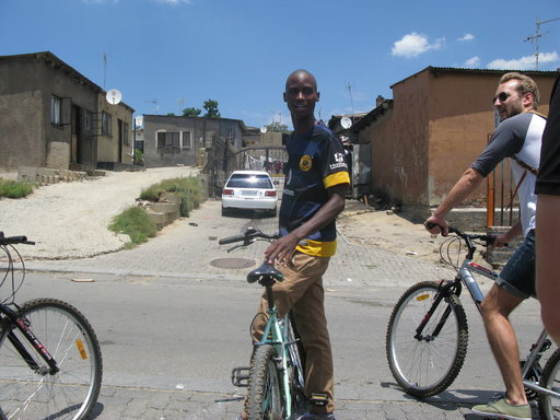 Jeffrey Mulaudzi vie polkupyöräkiertoajelulle kotikulmillaan hökkelikylä Alexandrassa.