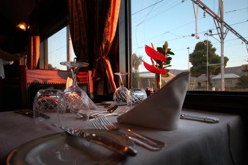 Joka päivä Rovos Railin ravintolavaunuissa tarjotaan aamiainen, lounas ja neljän ruokalajin illallinen viinien kera.