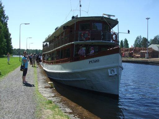 Kahdenkymmenen vuoden tauon jälkeen matkustajalaiva on kiinnittynyt laituriin Varkaudessa. Kuvassa Puijo odottelee pääsyä Taipaleen kanavaan.