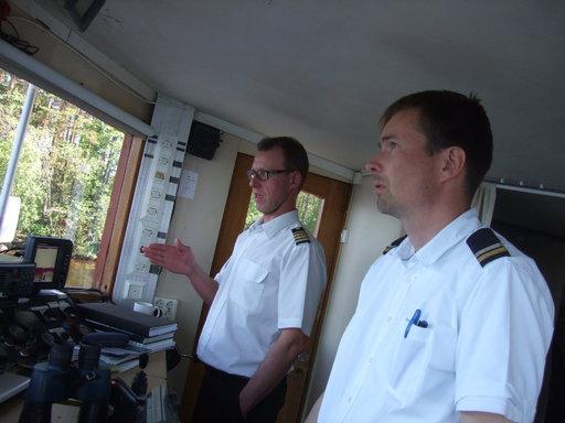 Puijon päällikkö Kari Vänttinen (vas.) on Saimaan sisävesikippari jo neljännessä polvessa. Kansimies Mikko Marttinen vuorotteli hänen kanssaan ruorin ääressä.