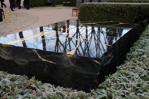 Presidentti Koiviston hautamuistomerkki<br /> paljastettiin Hietaniemen hautausmaalla