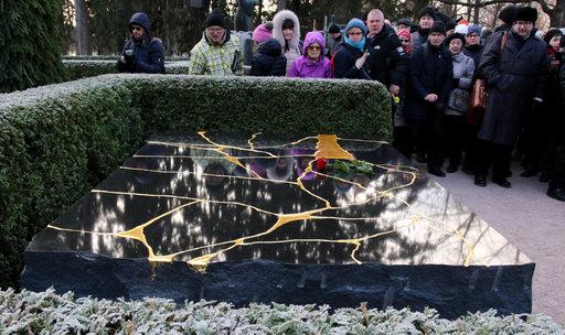 Muistomerkin on suunnitellut valokuvaaja Perttu Saksa. Se on tehty Varpaisjärveltä louhitusta mustasta diabaasista ja painaa 9.000 kiloa.