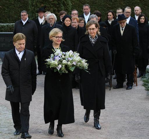 Eduskunnan puhemies Paula Risikko (kesk.) sekä varapuhemiehet Mauri Pekkarinen ja Tuula Haatainen menossa laskemaan eduskunnan seppeltä.