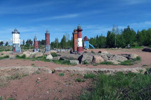 Katariinan meripuistossa voi ihailla Suomen majakoiden pienoismalleja.