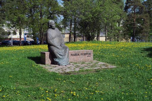 Kaupungin pelastajana tunnettu Maria Purpur päivystää yhä vartiopaikallaan Isopuistossa.