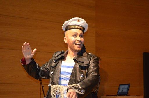 Sex and the Sea -näyttelyn avajaisissa esiintyi burleskiryhmä, tässä Bengt.