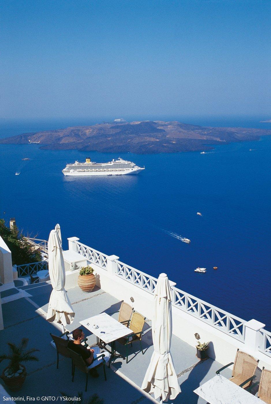 Santorini on yksi Kreikan suosituimmista risteilylaivojen pydähdyssaarista. 15 000 asukkaan saarella vierailee vuosittain yli miljoona kävijää ja saari on keskikesän sesongin aikaan vastaanottokykynsä äärirajoilla kun sen edustalle saattaa päivittäin ankkuroitua 4-5 jättiristeilijää. Äskettäin tehdyn päätöksen mukaan alkavan matkailukauden aikana päiväkävijöiden määrä rajataan 8 000:aan, joka sekin on hurja määrä ajatellen saaren kokoa ja infraa. Kuva GNTP/Y. Skoulas.