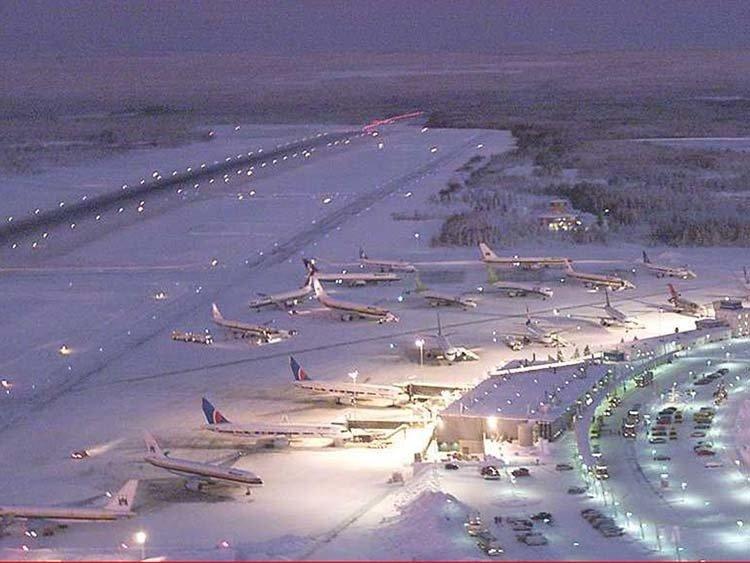 Aivan näin vilkasta ei eänä talvena Rovaniemen lentoasemalle tule. Kuva: Finavia