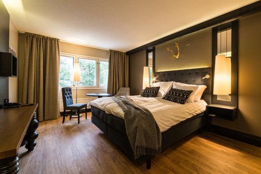 Tampereen hotellin huone ja ravintola (alla).