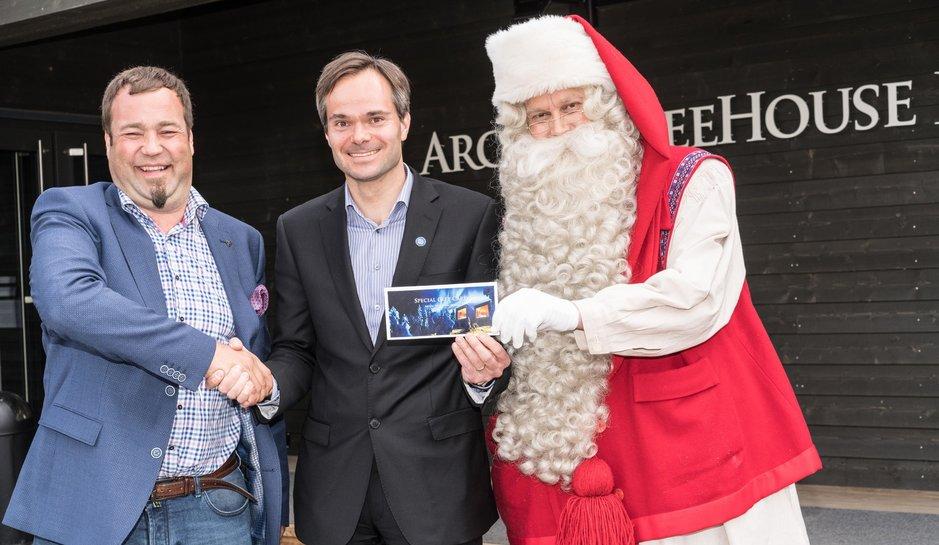 SantaParkin Ilkka Länkinen lahjoitti sata lahjakorttia ulkomaankauppaministeri Kai Mykkäselle lahjoitettavaksi ulkomailla lähestystöjen kautta. Joulupukki todistaa tapahtunutta.