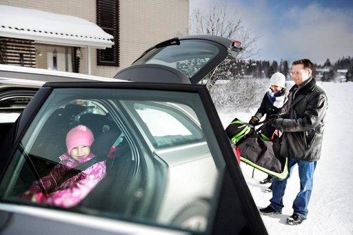 Autossa turvallisin paikka tavaroille on takakontti. Matkustamo kannattaa pyhittää vain matkustajille. Kuva: Nina Mönkkönen, Liikenneturva