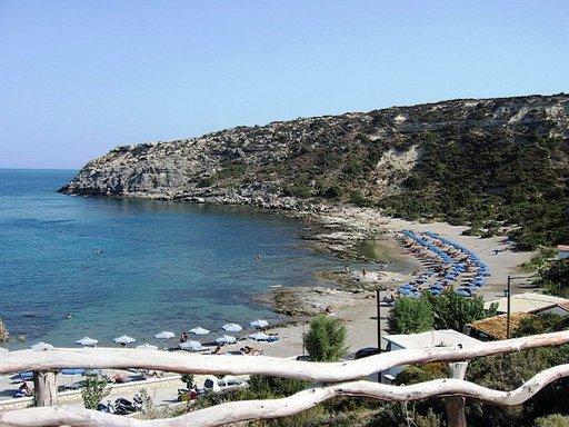 Espanjan saarilla voi käyskennellä alasti vaikka dyyneillä ja jopa Kreikan Rodoksen saarelta löytyy nudistirantoja.
