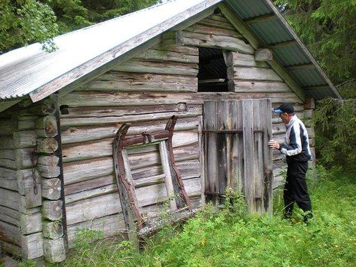 Taalainmaalla asuva Eino Peltoniemi tutkii entisöityä suomalaisten asuttamaa karjamajaa, jonka toisessa päässä oli pieni tupa ja toisessa päässä karjasuoja. Valtaosa näistä asumuksista on vuosikymmenten varrella lahonnut.