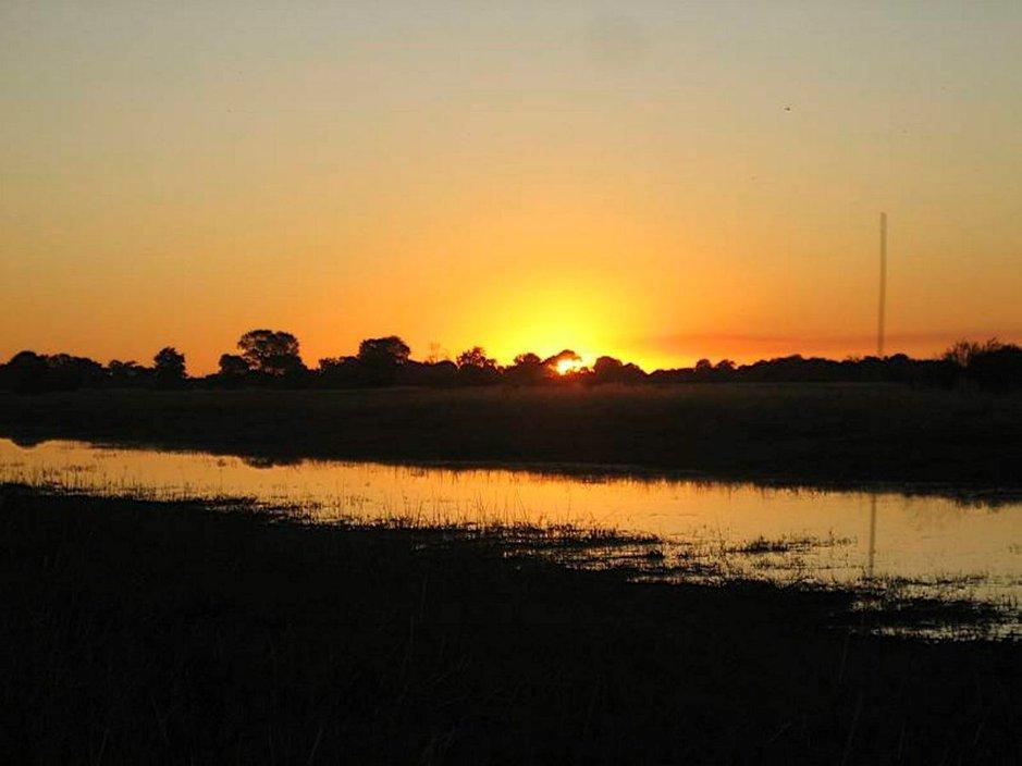 Aurinko laskee Afrikassa.