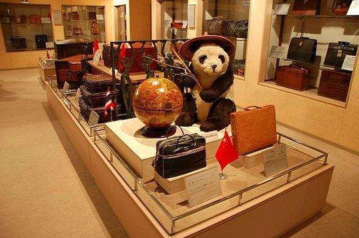 Laukkumuseossa on esillä laukkuja moneen lähtöön.