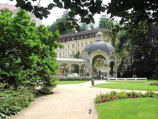 Antonín Dvorákin puistoa reunustaa Puistokolonnadi.