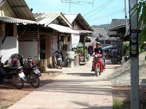 Ban Koh Pun kalastajakylän hiljaista kylänraittia on paras huristella mopolla.