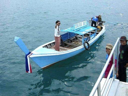 Ting Rai Bay Resortin Noot toivottaa onnea matkaan, kun kulkuneuvo vaihtuu pitkähäntäveneestä lautaksi.