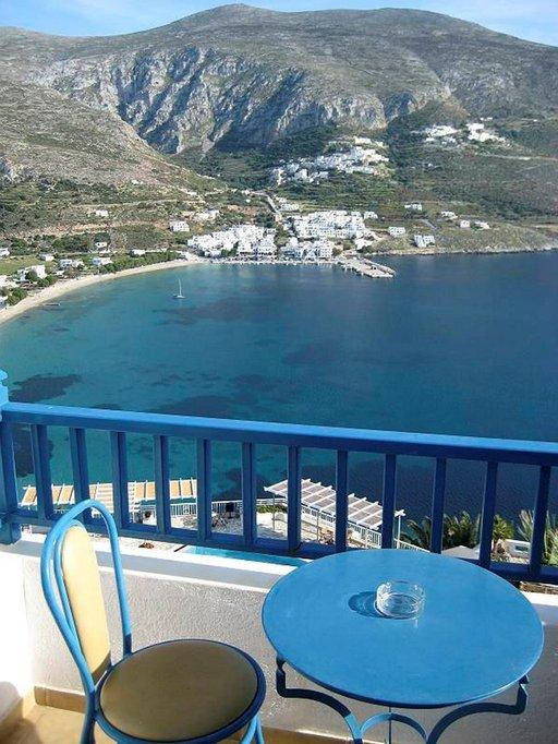 Näkymä Aegialis-kylpylähotellin rinteestä on kuin unesta, meri on usein lahdella tyyni ja auringonvalo maalaa maiseman joka hetki erilaiseksi.