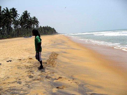 Sri Lankan länsirannikko on täynnä toinen toistaan upeampia hiekkarantoja. Turistihotellien liepeillä saattaa usein olla innokkaita kaupustelijoita.