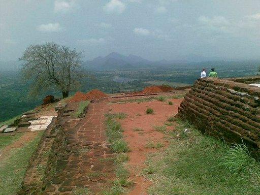 Sigiryan laelle kapuavan matkailijan palkitsevat huimat näkymät.