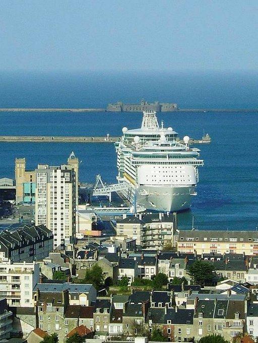 Satamaan saapunut Independence of the Seas näkyy Cherbourgissa kauas.