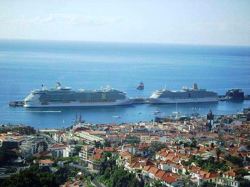 Madeiran satamassa on Independencen (vas.) lisäksi myös muita suuria risteilyaluksia.