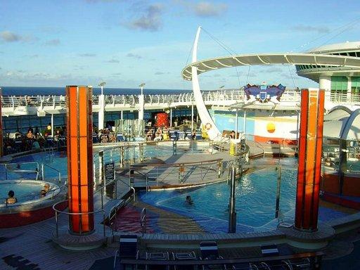 Risteilijän yläkannella on useita pieniä uima- ja porealtaita, jotka keräävät hellepäivinä vesipetoja puoleensa.