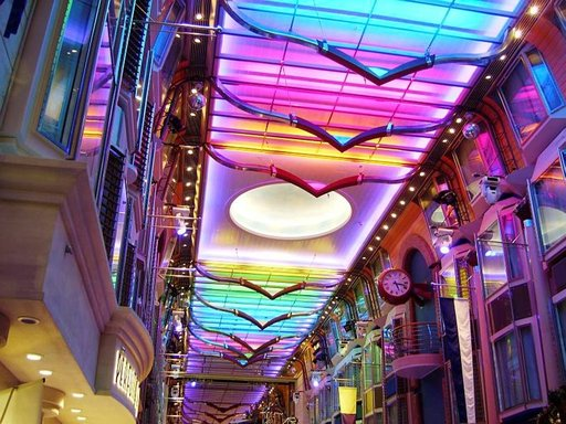 Promenade-ostoskatu on värien ja pienten yksityiskohtien juhlaa.