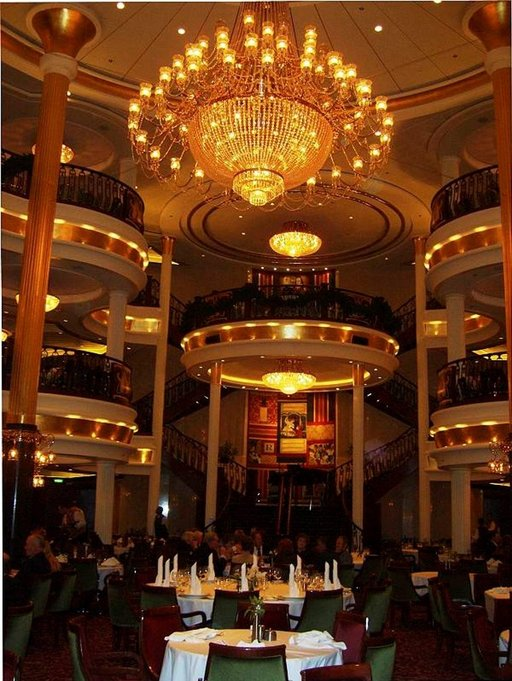 Laivan suuressa ruokasalissa tarjoillaan aamupala, lounas ja kolme ruokalajin päivällinen hulppeassa ympäristössä.