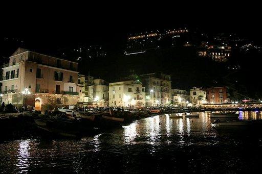Iltaelämää Marina Granden varrella.