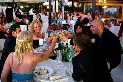 Salute! Tuore aviopari Adriano ja Hanna kohottavat maljan lähisuvun kanssa.
