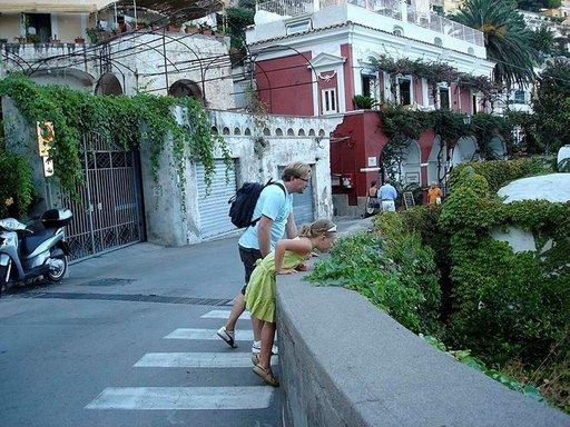 Positanon kaunis kylä on täynnä portaita ja kapeita kujia. Rantaan on jyrkkä pudotus.
