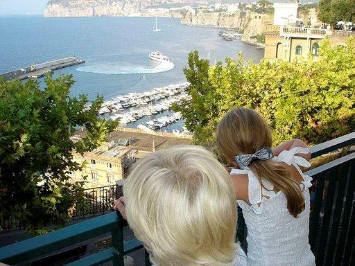 Yhteysalus kaartaa kohti Capria. Helpoimmin lauttasatamaan pääsee paikallisbussilla Piazza Tasso -aukiolta.