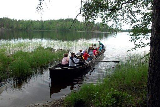 Jos on sopiva porukka, niin kirkkovenekin on hyvä kulkuväline.