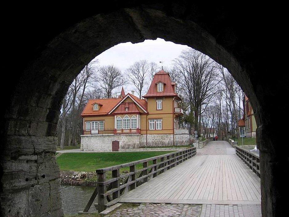 Kuressaaren Piispanlinnan portilta avautuu idyllinen kaupunkinäkymä.