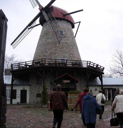 Vanhassa tuulimyllyssä keskellä Kuressaaren kaupunkia sijaitsee suosittu perinneruokaravintola.