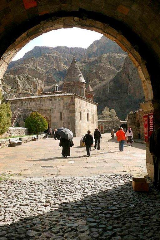 Geghardin luolaluostari on Unescon maailmanperintökohde. Sen pääkirkon arvellaan rakennetun vuonna 1215.