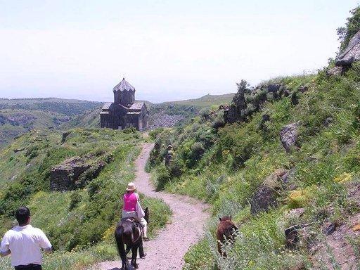 Amberdin linnoitus sijaitsee Armenian Alpeiksi kutsutussa vuoristossa, 2300 metrin korkeudessa. Pahlavounin suvun prinssit rakensivat sen jo 700-luvulla. Linnoituksen varustuksiin kuuluivat muun muassa vesijohto suoraan Aragats-vuorelta, maanalainen salainen käytävä rotkon alitse sekä kylpylä lattialämmityksineen.