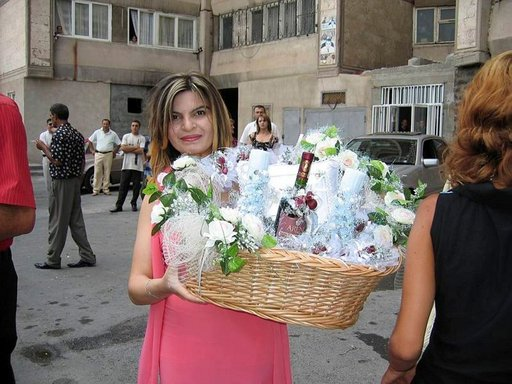 Armenialaiset ovat mestareita tekemään juhlan pienimmästäkin syystä. Häät ovat suurimpia syitä juhlaan, jossa sulhasen perhe lahjoittaa vihkiparille hääkorin herkkuineen.