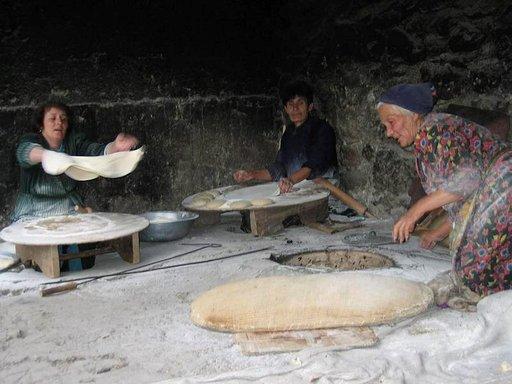 Lavash-leivän teko on turisteille aina pienoinen näytös, mutta Armeniassa jokapäiväistä elämää.