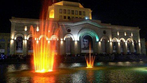 Kansallisgallerian edustalla pääsee ihailemaan suihkulähdekonsertteja. Jerevan tarjoaa ylenpalttisesti kulttuurinautintoja.