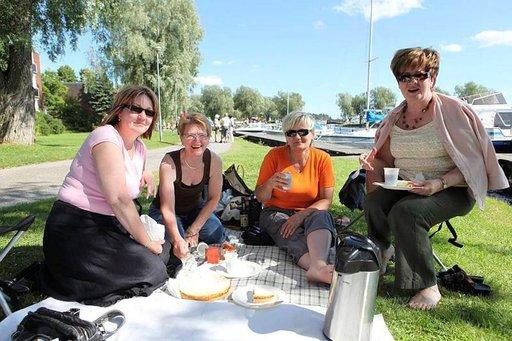 Sirpa Rouhiainen (vas), Aune Ruotsalainen, Liisa Puumalainen ja Eeva Olkkonen piknikillä.