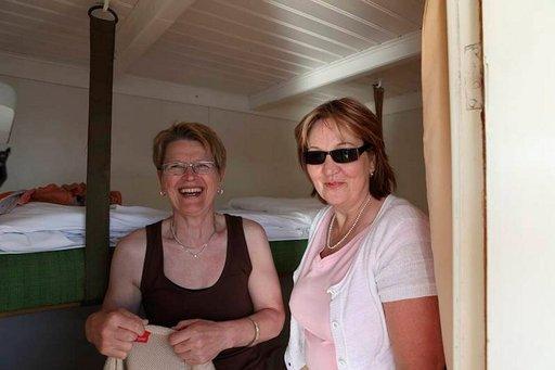 Aune ja Sirpa vaihtoivat vaatteet s/s Heinäveden hytissä.