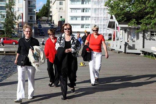 Aune (vas), Eeva, Sirpa ja Liisa matkalla Olavinlinnaan.