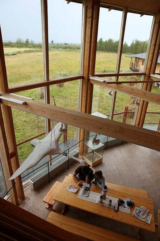Luontokeskuksen tiloissa on kahvila ja vaihtuvia näyttelyitä.